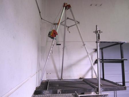 Foto Estructura cerrada móvil junto con trípode de rescate