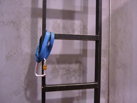 Escaleras verticales junto con evacuador de emergencia para la simulación de un aerogenerador.